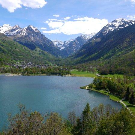 Loudenvielle, France: En plein road trip je suis tombé sur ce petit lac plein de charme avec de nombreuses place pour