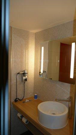 Moderne goede badkamer met douche - Picture of Fletcher Hotel ...