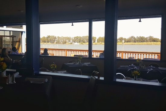 Rio Vista, Καλιφόρνια: Interior dinning area and river view