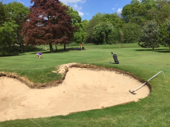 Bearsted, UK: Beautifully maintained bunkers and greens.
