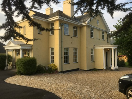 Porlock, UK: External view from the sweeping driveway