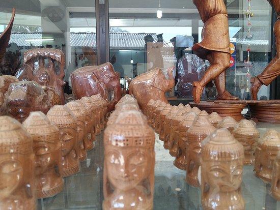 Pinnawala, Sri Lanka: Handmade wood carving collection