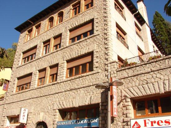 Sant Julia de Loria, Andorra: Фасад в солнечный день