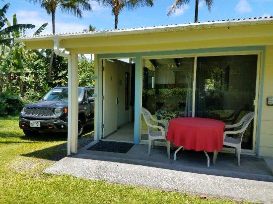 Arnott's Lodge: Porch area of deluxe suite