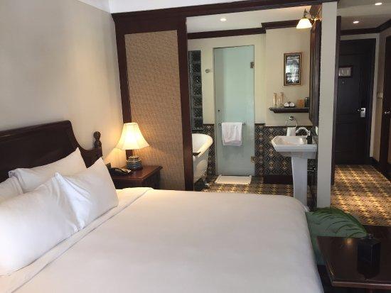 chambre avec baignoire et douche l 39 italienne picture of essence hoi an hotel spa hoi an. Black Bedroom Furniture Sets. Home Design Ideas