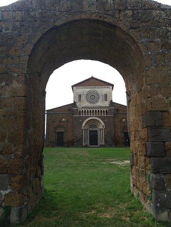 Church of San Pietro: arco rappresentante quella che una volta era l'antica porta della chiesa