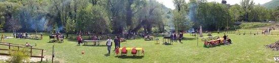 Sant'Anatolia di Narco, Italy: Verde attrezzato a ridosso del fiume Nera con giochi tavoli e barbecue a disposizione dei client