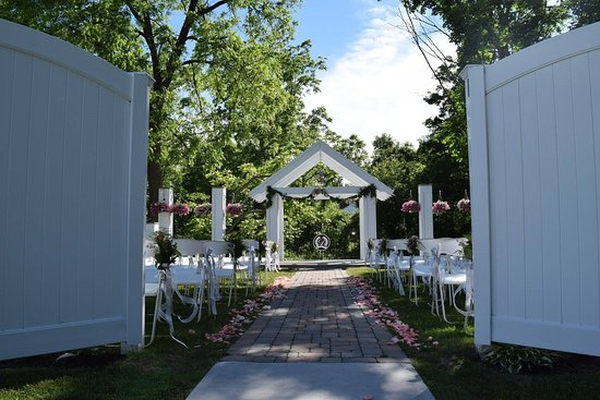 Vernon, NY: Creek Side Ceremony Site at Dibbles Inn Orchard and Estate