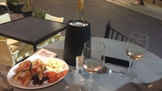 Xaghra, Malta: Lovely atmosphere and delicious food every time!! Salmon and  lemon and cream chicken both amazi