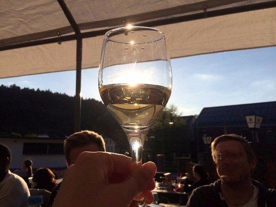 Waldrach, Tyskland: Eisgekühlter Riesling auf der Sonnenterasse
