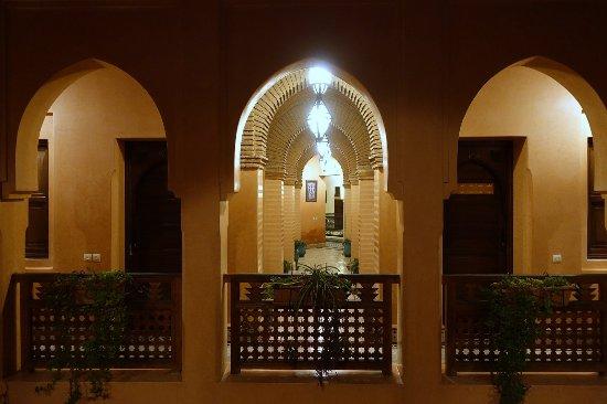 Arquitetura típica em um dos corredores do Riad Bahia Salam, em Marrakech.