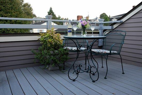 Spring Seasons Inn & Tea Room: Newport Suite private deck