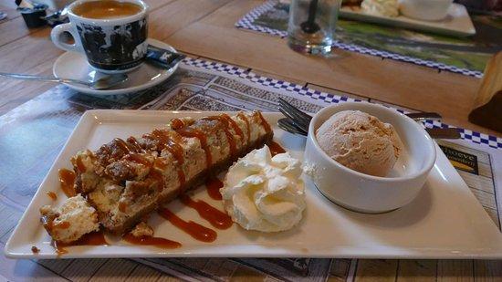 Vianen, เนเธอร์แลนด์: Dessert van het huis: appelkruimel cheese cake met kaneelijs