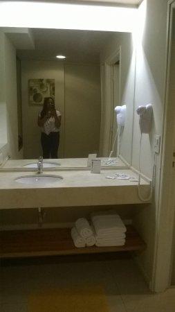 Uno Buenos Aires Suites: Pia do banheiro bem espaçosa