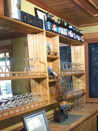 Tannersville, Нью-Йорк: Small wine beer bar