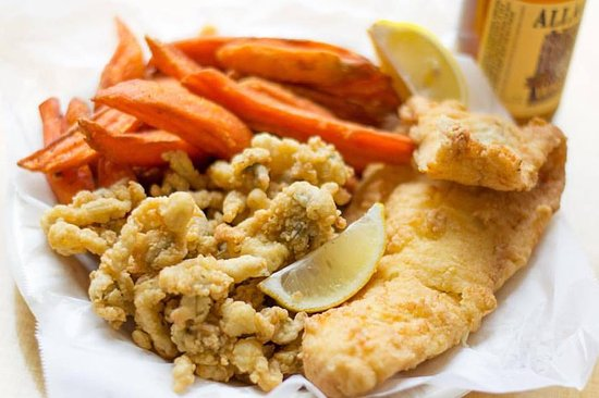 Raymond, เมน: We love our fried clams and fried haddock. Compliment it with sweet potato fries.