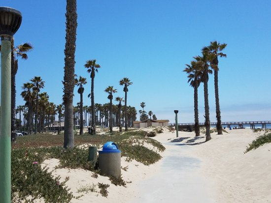 Holiday Inn Express Port Hueneme: 1 block from quiet peaceful beach and pier