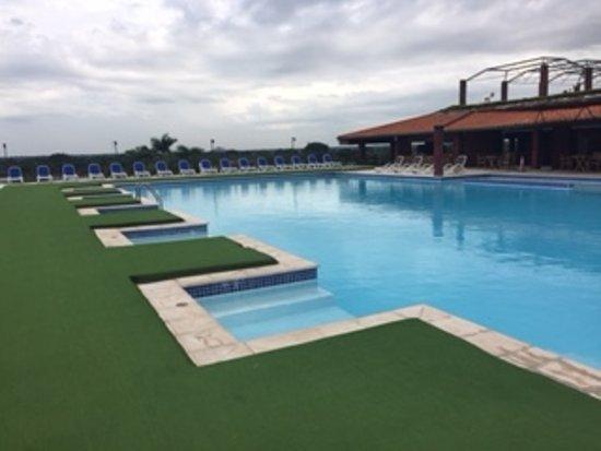 Resort Yacht y Golf Club Paraguayo: Es una piscina hasta para platicar dentro de ella