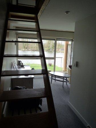 Itteville, Frankrike: L'escalier qui monte à la mezzanine (chambre 9)