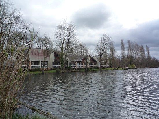 Itteville, Frankrike: La façade de l'hôtel côté lac.