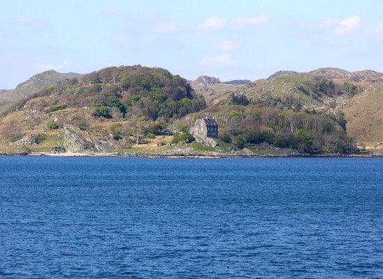 Argyll and Bute, UK: Il castello di Duntrune, ben visibile dal paese