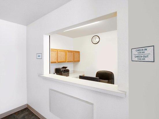 WoodSpring Suites McKinney: Front Desk