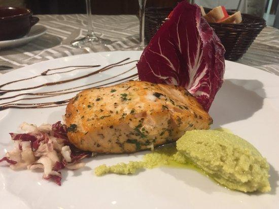 Rosora, Italy: Trancio di salmone norvegese scottato alle erbe con quenelle di maionese all'avocado