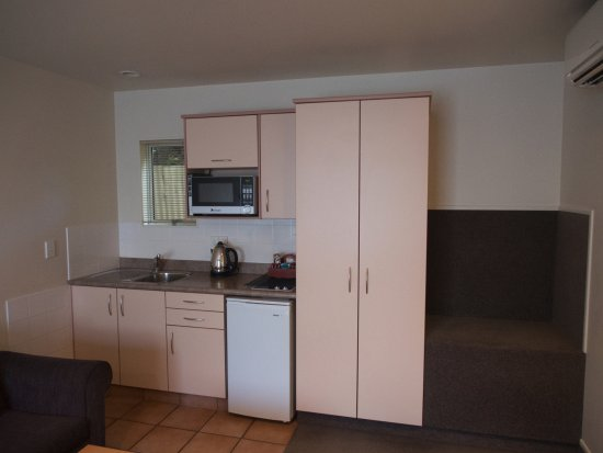 Whanganui, New Zealand: The kitchen/luggage area. The drawers and doors are well stocked.