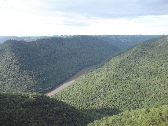 Flores Da Cunha, RS: Montanhas e rio