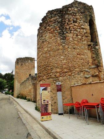 Cifuentes, Spain: TORREONES Y MURALLA DE LA PUERTA SALINERA