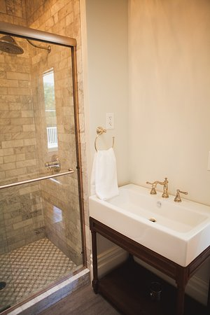 Auburn, CA: Marble and stone tiles have been used extensively throughout the property.