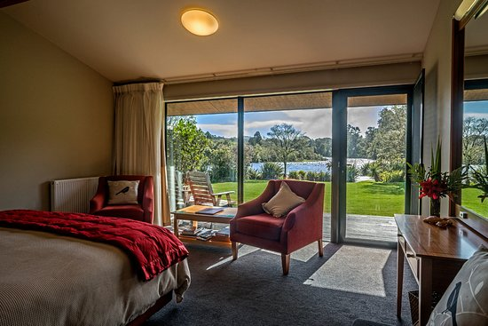 Wilderness Lodge Lake Moeraki: Riverview Rooms are luxuriously appointed and have sweeping views down the Moeraki River rapids