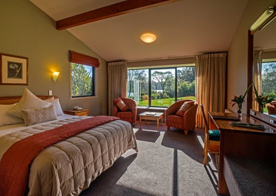 Wilderness Lodge Lake Moeraki: Stylish Rainforest Rooms look out to ancient rainforest