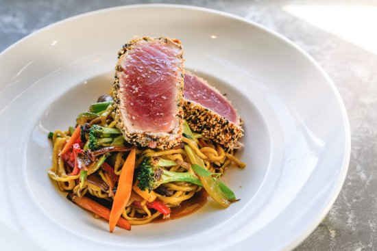 Fairfield, Κονέκτικατ: TUNA / sesame crusted over a ramen noodle veggie stir-fry, w/ bean sprouts & spicy aioli