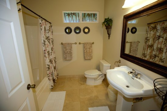 Island Goode's: Hilo Bay Bathroom