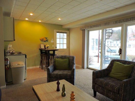 Saugatuck, MI: Waterfront Fireplace Jacuzzi Suite #7