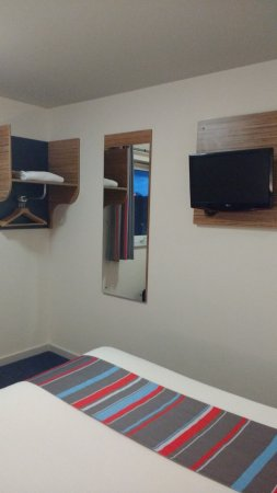 Travelodge Rugby Central: Bedroom With Small Storage Area And Wall Mounted  TV
