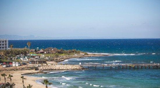 Constantinos the Great Beach Hotel: вид из отеля на набережную и море