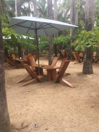 Lola's: Outdoor seating on the beach!