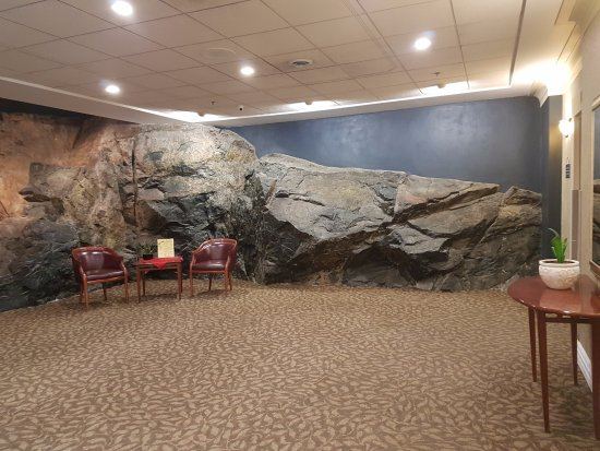 Days Inn & Suites Yellowknife: beautiful natural rock wall in the lobby