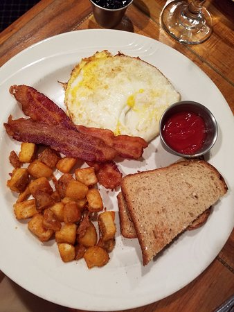 The Smithfield Inn Bed and Breakfast, Restaurant and Tavern: Country breakfast (incl. 2 eggs)