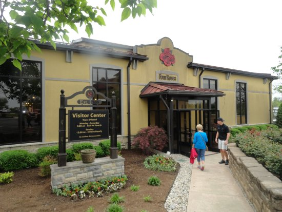 Lawrenceburg, KY: Entrance To The Four Roses Gift Shop ad Reception Building