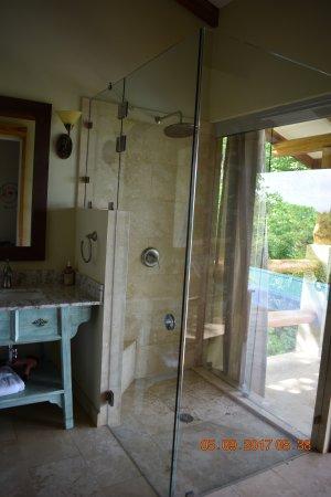 Mal País, Costa Rica: Indoor outdoor shower. Stunning bathroom!