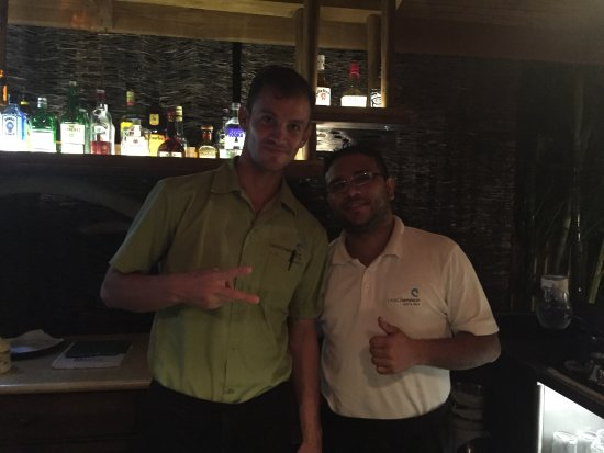 Mal Pais, Costa Rica: Jairo and Kaylor... helpful locals and bartenders extroardinaire!