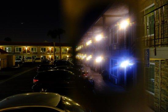 Days Inn & Suites Anaheim at Disneyland Park: ホテルの外観と駐車場