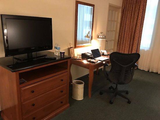 Hilton Austin Airport: Spacious room with work area