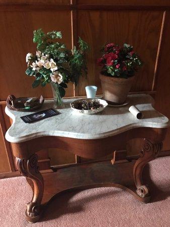 Port Howard Lodge: Detalhe do aparador no corredor dos quartos