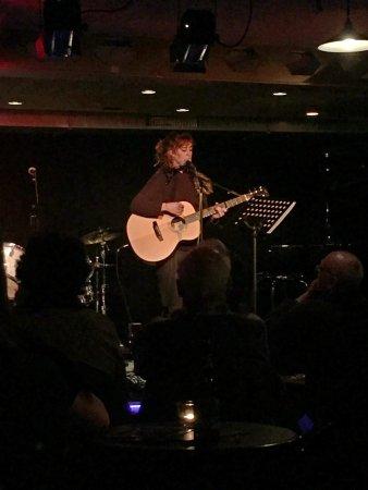 Muri bei Bern, Suiza: Laura Galeazzi performt Moriarty Jimmy auf der Bühne der Mahogany Hall.