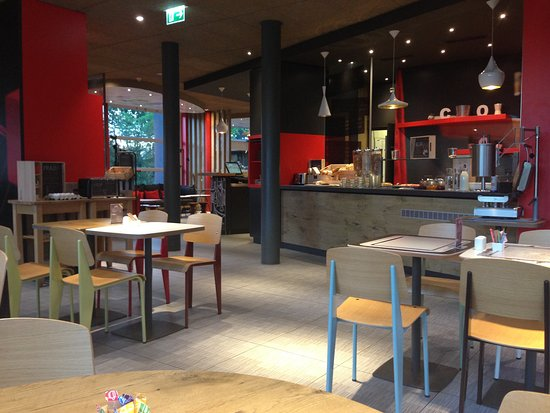 Cointrin, Switzerland: breakfast eating area in the lobby