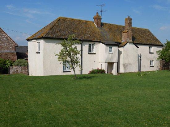 Rydon Farm: Rear of very old well appointed farmhouse B&B.